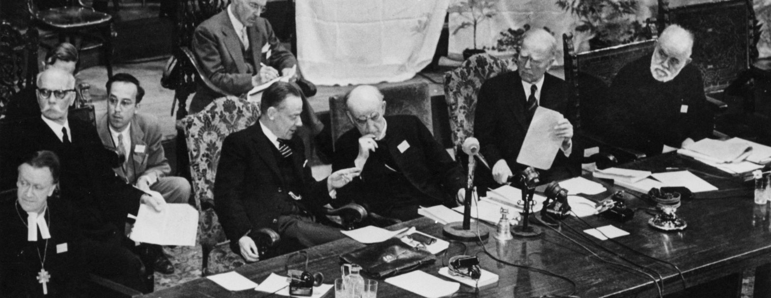 Assemblée constitutive d'Amsterdam, 1948. De gauche à droite : Willem Adolf Visser't Hooft (Hollande), Geoffrey Fisher, Archevêque de Canterbury (Grande-Bretagne), John Mott (USA) et l'Archevêque de l'Eglise orthodoxe de Grèce Germanos Strenopoulos © World Council of Churches (COE)
